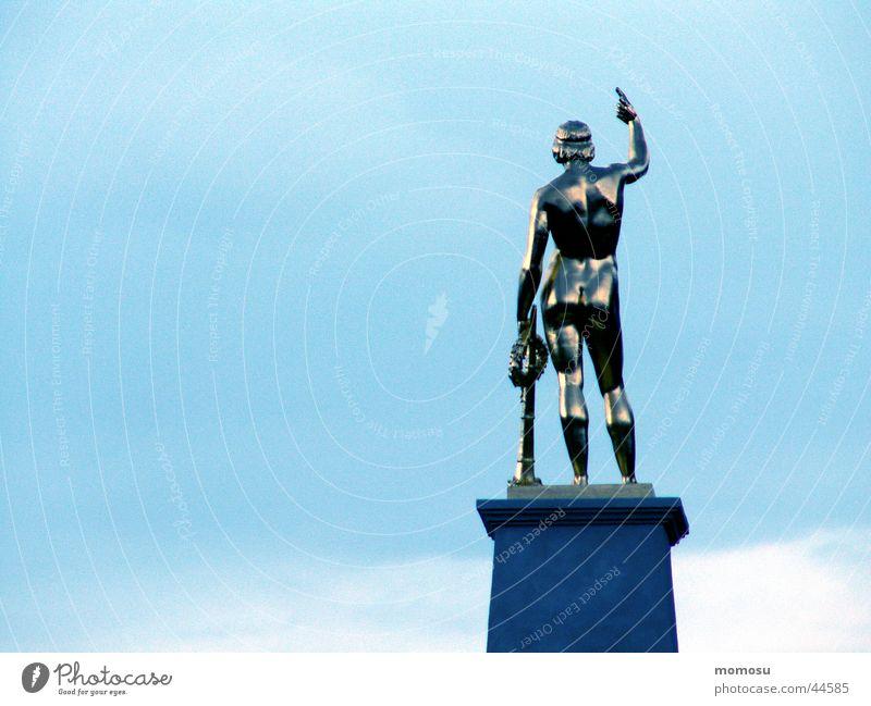 mister antique Statue Mann maskulin Sockel Held Ausstellung Messe Himmel