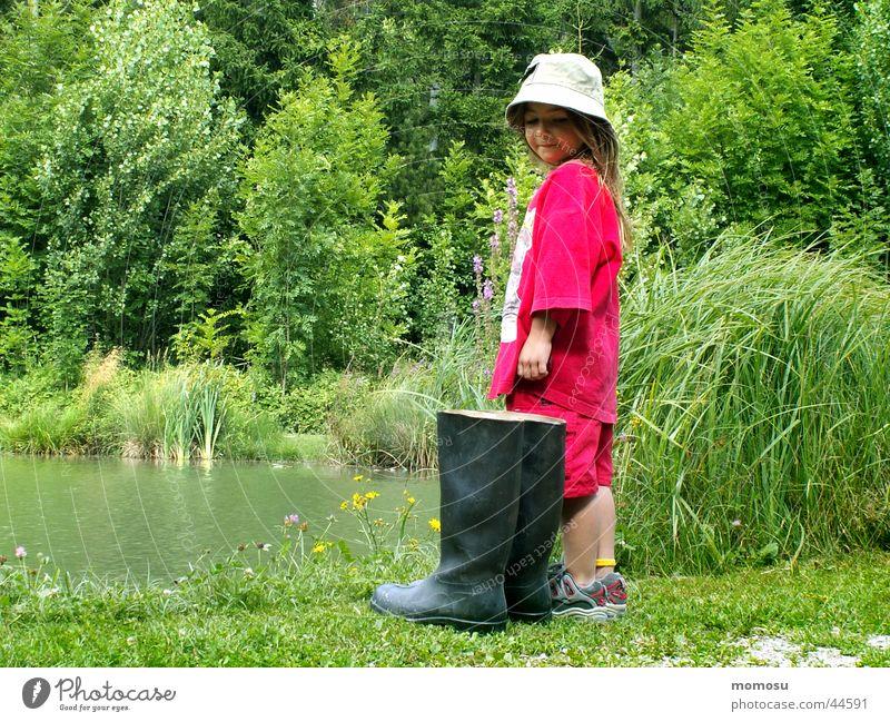 ... soll ich oder soll ich nicht? Kind Wasser Mädchen Wiese Gras klein groß Sträucher Gummistiefel Biotop