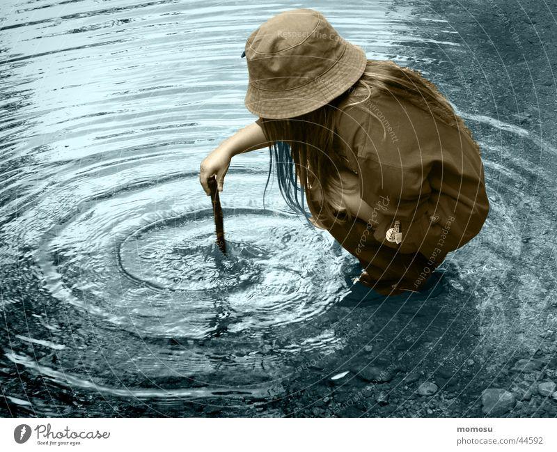 zauberlehrling Kind Mädchen Kreis Bach Wasser blau Stab Zauberei u. Magie