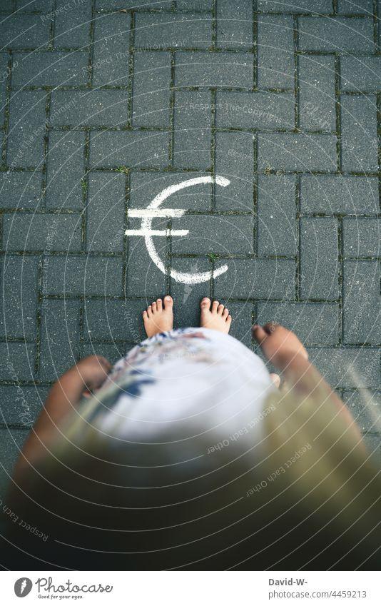 Kind und Eurozeichen - Kindheit Zukunft und Gelder - Kindergeld Unsicherheit ungewiss Zukunftsangst Finanzen Rente Nachwuchs kindergeld sparen Armut