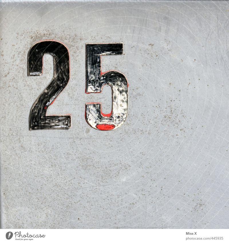 das waren noch Zeiten 18-30 Jahre Jugendliche Erwachsene Mauer Wand Tür Zeichen Ziffern & Zahlen fünfundzwanzig Hausnummer Farbfoto Außenaufnahme Nahaufnahme