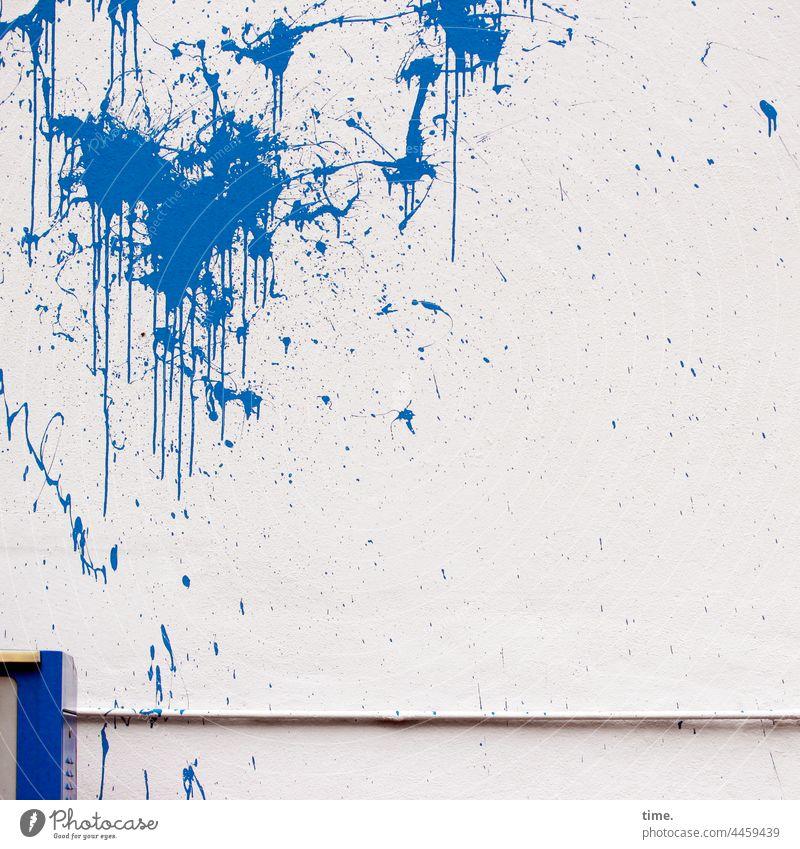 Anschlagsdynamik farbe wand mauer sachbeschädigung gebäude ärger wut blau farbspritzer farbbeutel farbanschlag protest trashig