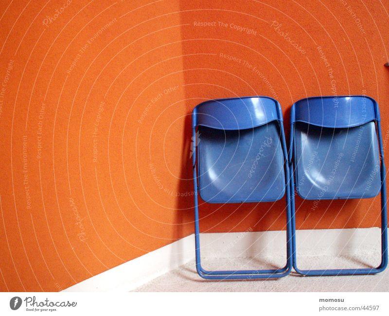 ...angelehnt lassen Stuhl Mauer Wand Fassade Häusliches Leben Campingstuhl Kontrast blau orange