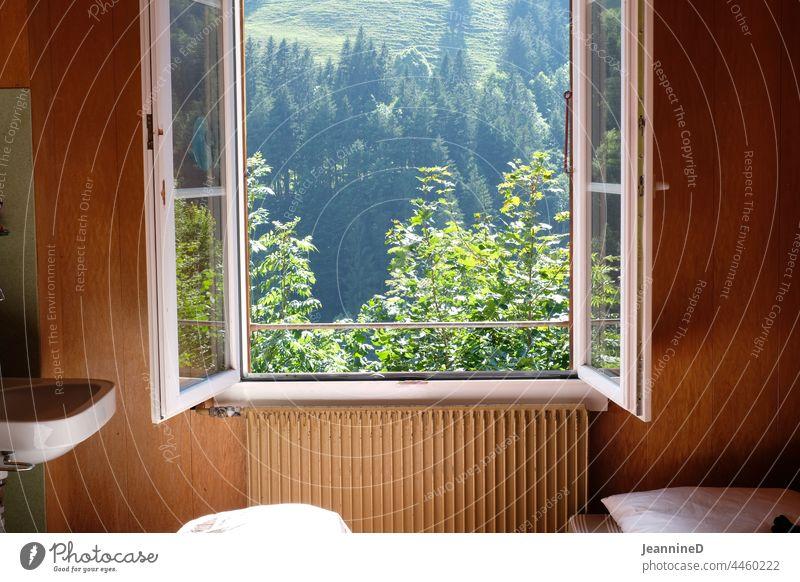 offenes Fenster mit Blick in die Natur, innen mit altmodischem Design Haus Lagerhaus Blick durch das Fenster Berge im Hintergrund Einsamkeit im Innenbereich