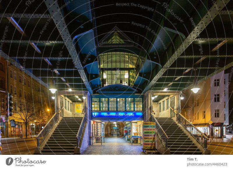 Bahnhof Eberswalder Straße in der Nacht Station Schönhauser Allee Prenzlauer Berg Berlin Stadtzentrum Außenaufnahme Hauptstadt Altstadt Menschenleer Farbfoto