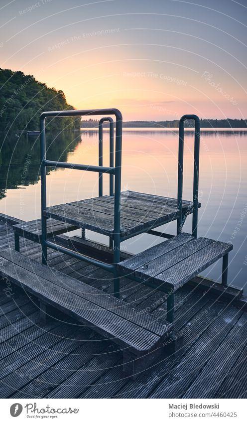 Hölzerne Seebrücke bei Sonnenuntergang, farblich getönt. Pier Natur Einsamkeit Wasser retro Nostalgie friedlich sich[Akk] entspannen Ruhestand Himmel gefiltert