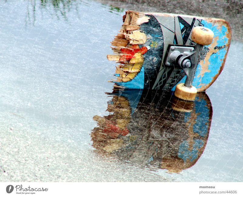 broken board Reflexion & Spiegelung kaputt gebrochen Sport Skateboarding Board Wasser Lack Rad