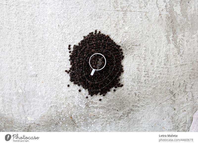 Tasse voll mit Kaffee Kaffeeliebe Kaffee am Morgen Kaffeegetränk Kaffeekörner Kaffeegedeck Kaffeehintergrund Kaffeetasse Kaffeebohnen coffeeaddict Kaffeepause