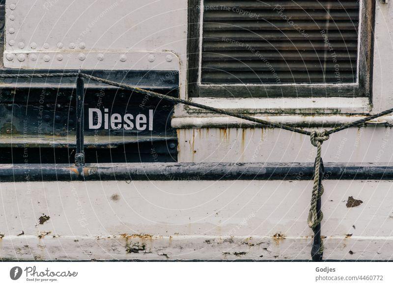 Stahlwand eines Schiffes mit Fenster und der Aufschrift 'Diesel' Stahlkonstruktion Wand Schifffahrt Kraftstoff Metall Außenaufnahme Stahlträger Architektur
