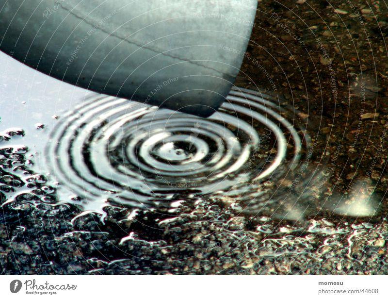 es tropft.... Wasser Regen Wassertropfen Kreis Asphalt Häusliches Leben Abfluss Lack schlechtes Wetter Dachrinne