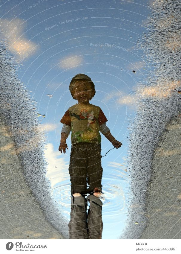 Spiegelbild Spielen Kinderspiel Mensch Kleinkind 1 1-3 Jahre Wasser nass Kindheit Schwimmen & Baden Pfütze matschig Dreckspatz laufen Farbfoto mehrfarbig