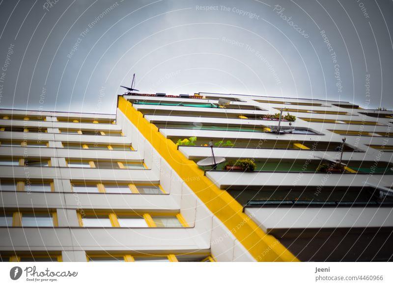 Graues Großstadtleben und ein wenig gelbe Farbe Stadt Stadtzentrum urban Haus Gebäude Architektur Fassade Stadtbild Fenster Balkon Balkonpflanze Appartement