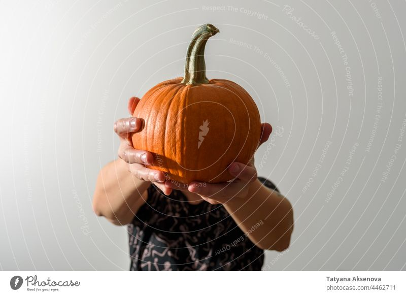 Frau hält Kürbis anstelle des Kopfes Halloween Porträt Beteiligung jack-o-lantern Hände Ernte spukhaft gruselig gesichtslos anonym Anonymität