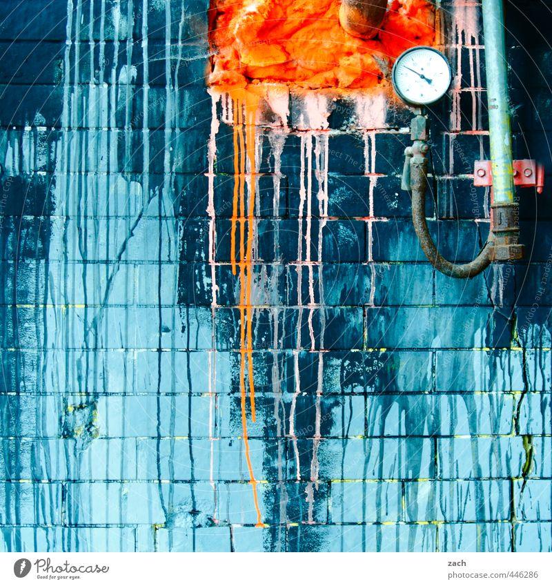 drei Farben: Blau blau alt Haus Graffiti Wand Mauer orange Fassade Uhr Beton kaputt Vergänglichkeit Streifen Kabel Verfall