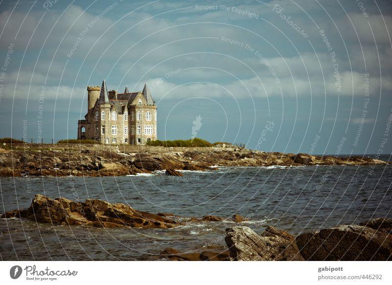 Wochenendhäuschen Natur Landschaft Urelemente Wasser Himmel Wolken Sommer Schönes Wetter Felsen Wellen Küste Strand Bucht Meer Haus Traumhaus Palast