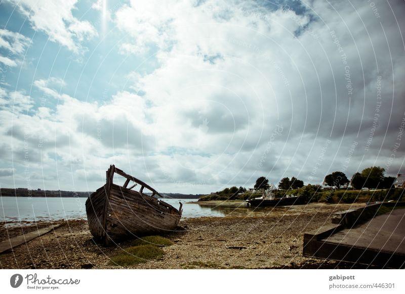 bretonisches Wrack Natur Landschaft Urelemente Himmel Wolken Sommer Klima Schönes Wetter Küste Strand Bucht Meer Bretagne Dorf Fischerdorf stagnierend Stimmung