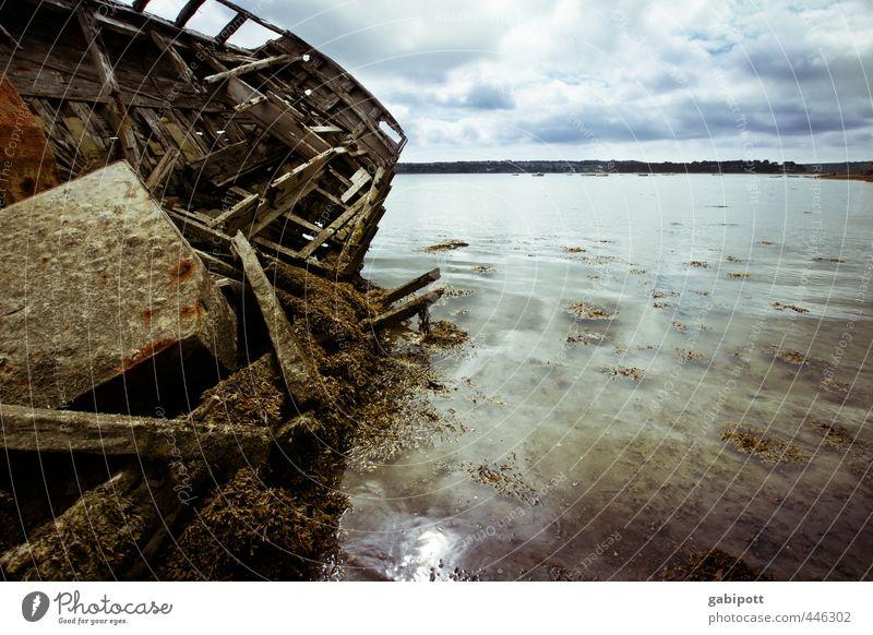 Du suchst das Meer Landschaft Urelemente Himmel Horizont Wetter Küste Bucht Schifffahrt Wasserfahrzeug Bootsfahrt kaputt alt Schiffswrack trashig Erschöpfung