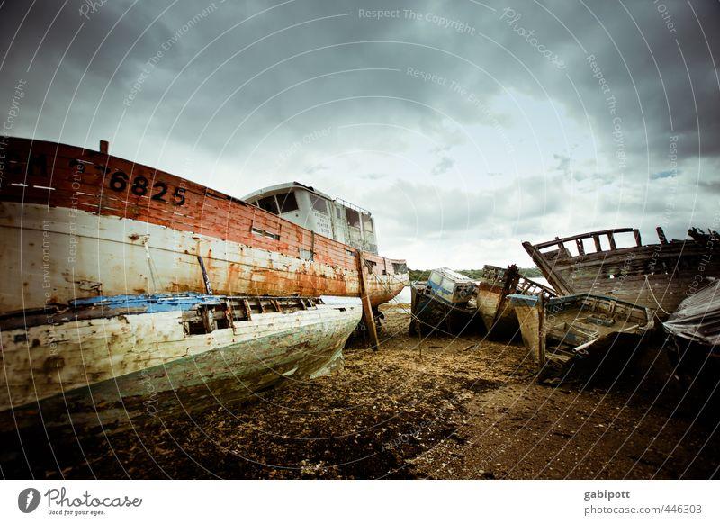 276825=599 Himmel Gewitterwolken Bucht Verkehr Schifffahrt Bootsfahrt Fischerboot Hafen Wasserfahrzeug kaputt alt trashig blau braun mehrfarbig Endzeitstimmung