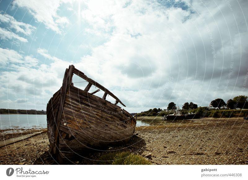 letzter Ankerplatz Landschaft Küste Strand Schifffahrt Fischerboot alt kaputt trashig trist Endzeitstimmung Konkurrenz ruhig Verfall Vergangenheit