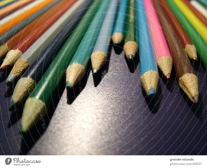 Buntstifte -2 Farbstift mehrfarbig Schreibstift Farbmittel Holz Farbe streichen zeichnen Künstler Schreibtisch