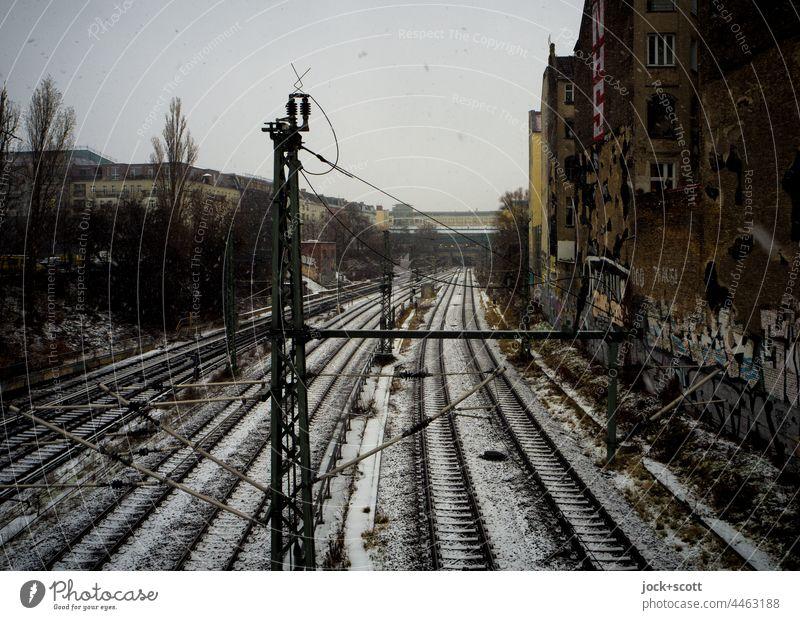 ein Wintertag über der Ringbahn schlechtes Wetter Prenzlauer Berg Berlin diesig Schienennetz Schnee Schneefall Verkehrswege Verkehrsmittel