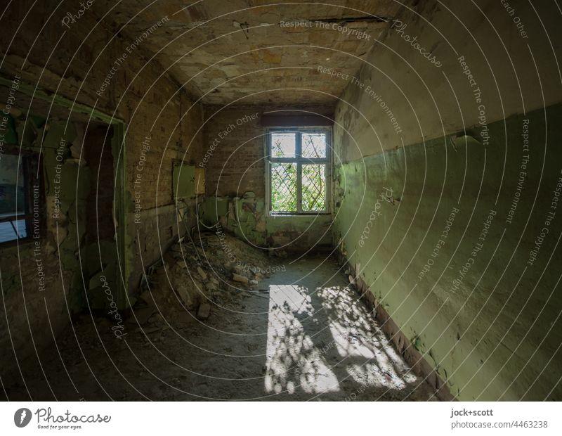 Lost Land Love - staubiger Raum wird vom Sonnenschein getroffen lost places Fenster Ruine Zahn der Zeit Silhouette Schatten verfallen Endzeitstimmung dreckig
