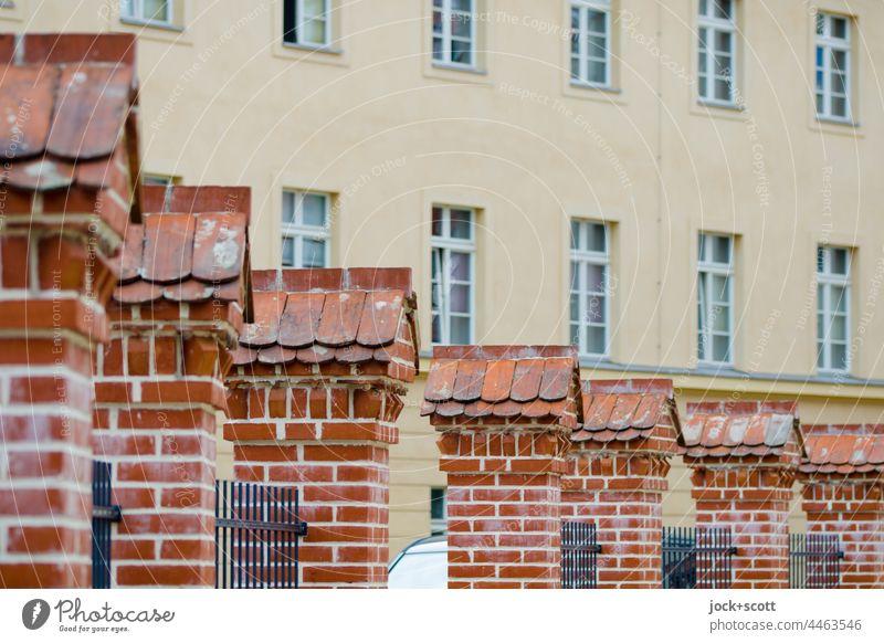 Zaunanlage mit gemauerten Pfeilern vor einem Gebäude Fassade Architektur Haus Fenster Klinker Brandenburg an der Havel