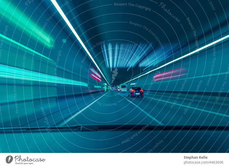 Hochgeschwindigkeitsfahrt durch einen unterirdischen Tunnel aus der Sicht des Autofahrers. Geschwindigkeit fast Technik & Technologie Weg Straße Konzept