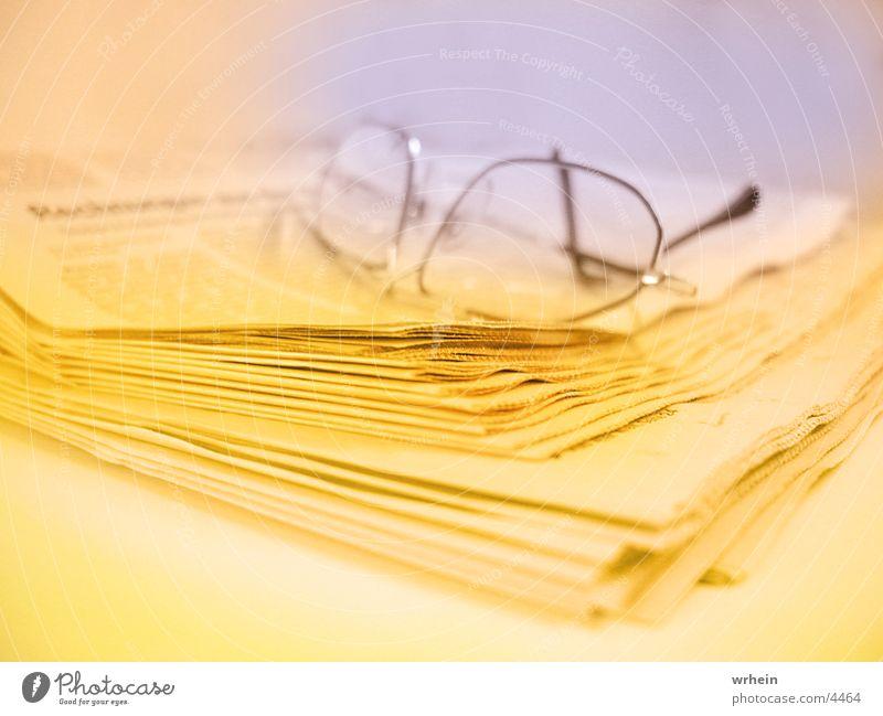 Zeitung Brille gelb Fototechnik blau Business