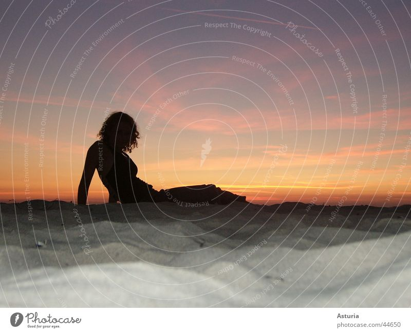lady in black Frau Himmel blau schwarz gelb Sand orange blond violett Ostsee Locken Sexualität