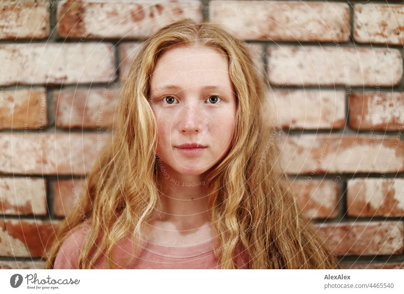 Nahaufnahme einer jungen Frau mit Sommersprossen und roten Haaren Porträt Nähe Ausstrahlung Ruhe kraftvoll hübsch Jugendliche Erwachsene rothaarig rote Haare