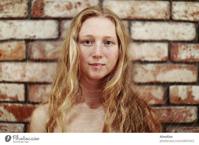 Nahaufnahme einer jungen Frau mit Sommersprossen und rot-blonden Haaren Porträt Nähe Ausstrahlung Ruhe kraftvoll hübsch Jugendliche Erwachsene rothaarig