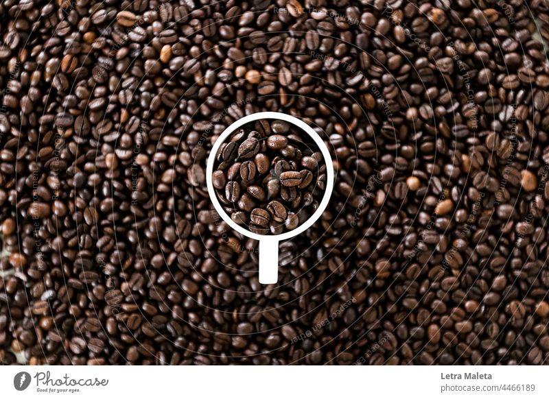 Tasse voll mit Kaffee Kaffeebecher Kaffeetisch Kaffeetasse Kaffeepause Kaffeehaus Kaffeebohnen Kaffeezeit Frühstückstisch Getränk Heißgetränk Farbfoto