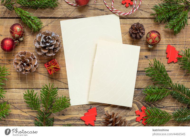 Weihnachten Komposition mit einem leeren Karten über Holztisch flach legen Attrappe Postkarte Feiertag Neujahr Tanne Vorlage hölzern Winter Papier Gruß weiß