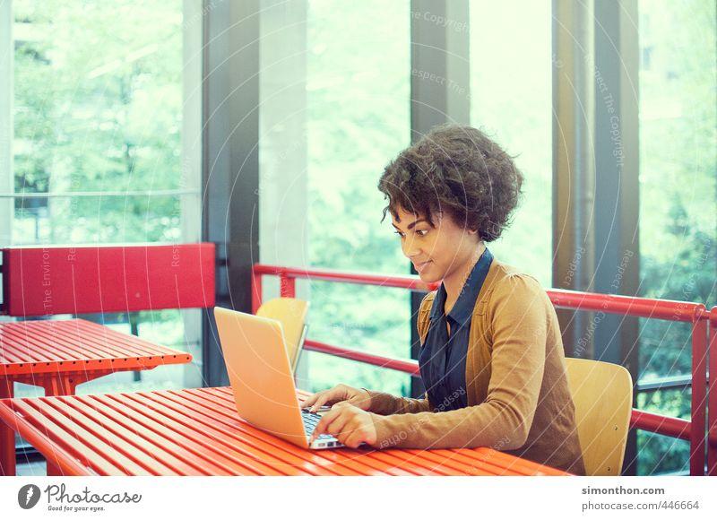 Uni Mensch Jugendliche Erwachsene 18-30 Jahre feminin Schule Business Erfolg Computer lernen Studium Pause planen Netzwerk Bildung Student