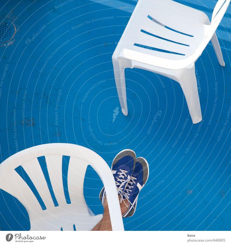 Schuh bi duu ... Mensch blau weiß Erholung ruhig Sport grau Beine Fuß Linie liegen maskulin Schuhe Zufriedenheit Beton genießen