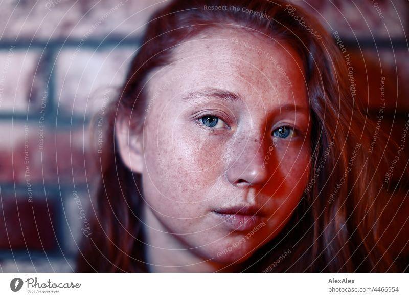 Nahes Portrait einer jungen Frau mit Sommersprossen und roten Haaren Junges Fräulein Porträt nah Nähe ausstrahlung schoenheit Ruhe kraftvoll hübsch Jugendliche