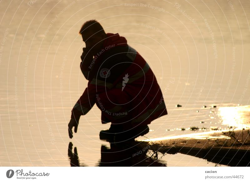 Stille Momente Mensch Mann Natur Wasser Meer Strand See Denken Küste Telefon sitzen Amerika hocken Technik & Technologie