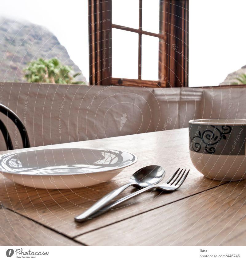 Essplatz Geschirr Teller Tasse Besteck Gabel Löffel Tisch Fenster Holz berühren Appetit & Hunger Esstisch Fensterblick Fensterkreuz Himmel (Jenseits) Farbfoto