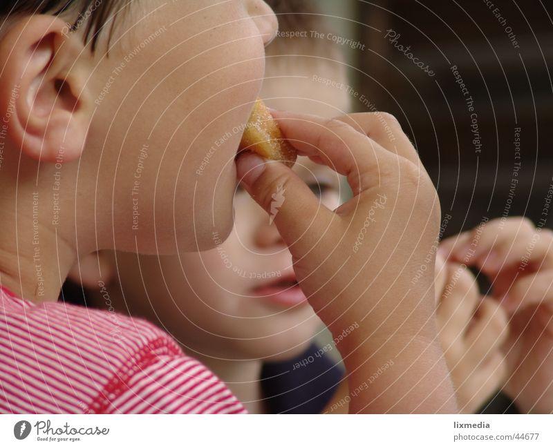 guten appetit Kind Ernährung Mund süß Pause lecker Appetit & Hunger Süßwaren Krapfen Marmelade