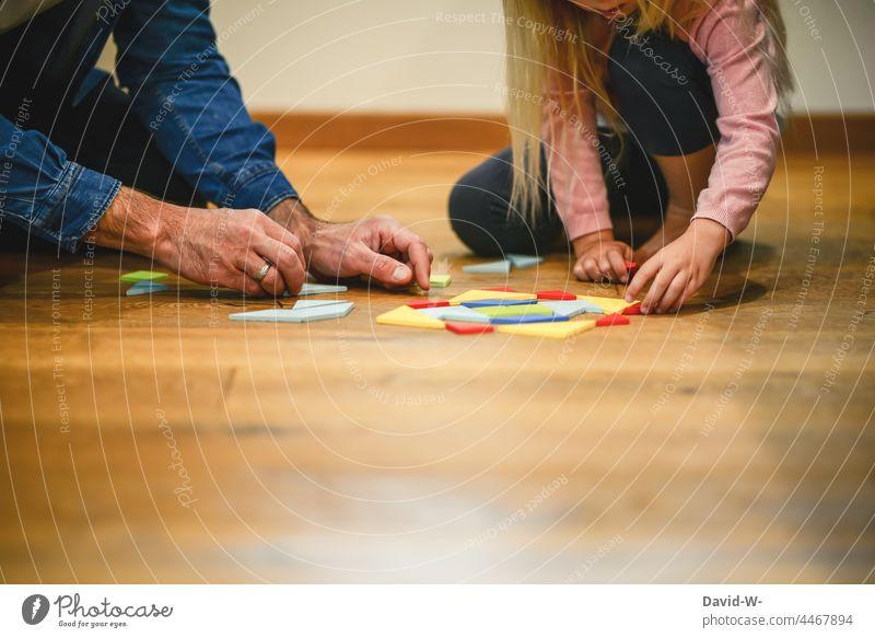Vater und Kind - gemeinsam Gesellschaftsspiele machen spielen Zeitvertreib zusammen gemeinschaftlich Eltern Kindererziehung helfen Familie Konzentration Hände
