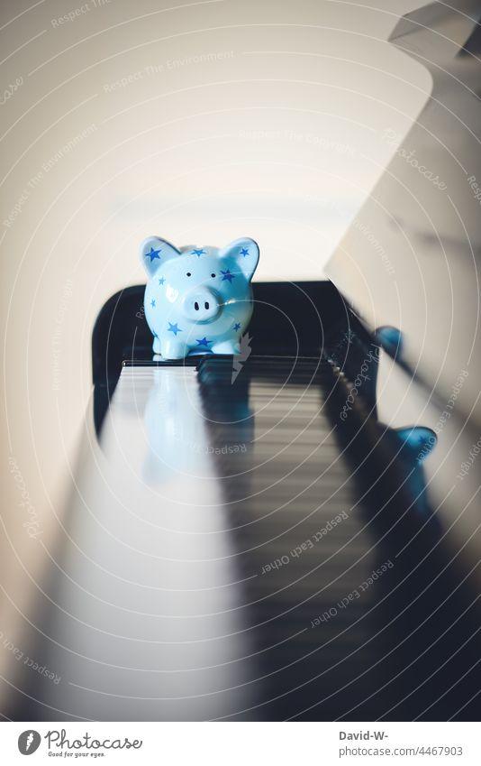 Benefizkonzert - Spardose auf einem Klavier Spende Sparschwein Geld Musik Konzert einnahmen spenden Musikinstrument Kultur Musiker sparen