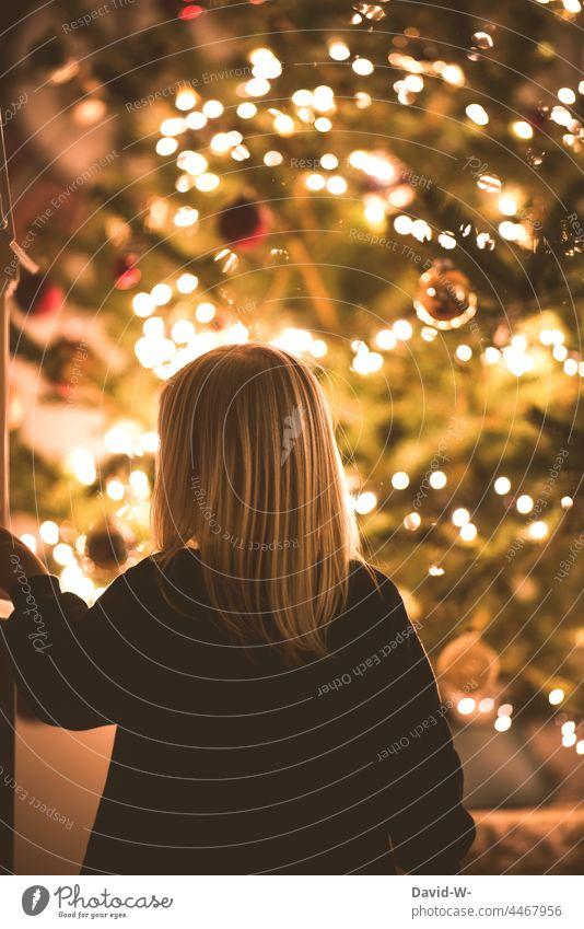 Vorfreude - Kind steht vor einem Weihnachtsbaum und freut sich auf Weihnachten Heiligabend Stille Freude Tradition Kindheit leuchten Lichterkette Mädchen