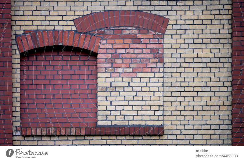 Schön verklinkerte Fenster Haus Fassade Gebäude Wand Bauwerk Stadt geschlossen verriegelt zugemauert zugemauerte Fenster Klinkerfassade Steine Mauerstein