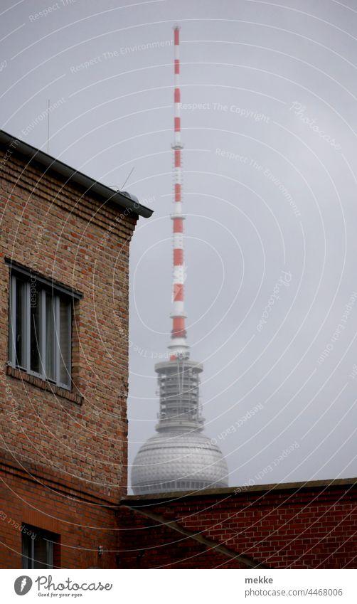 Fernsehturm versteckt sich hinter altem Klinkerbau Berliner Fernsehturm Alexanderplatz Wahrzeichen Turm Hauptstadt Sehenswürdigkeit Stadtzentrum Architektur