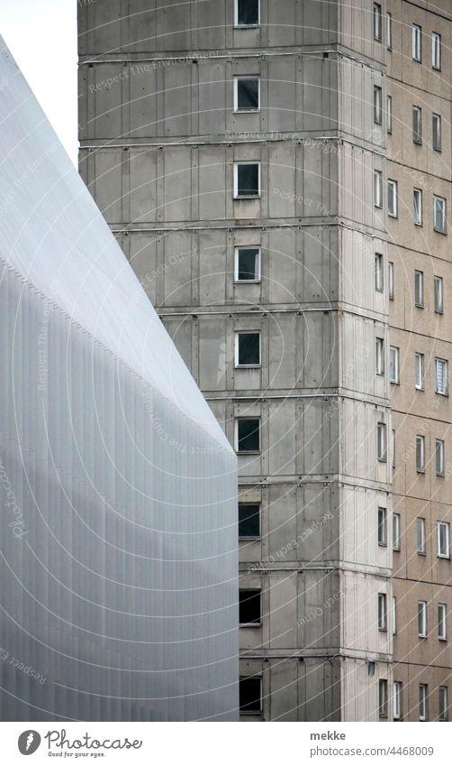 Altbau mit, Neubau ohne Fenster Architektur Haus Hochhaus Berlin Plattenbau Gebäude marode neu alt unsaniert Stadt Stadtzentrum Beton Fassade modern trist