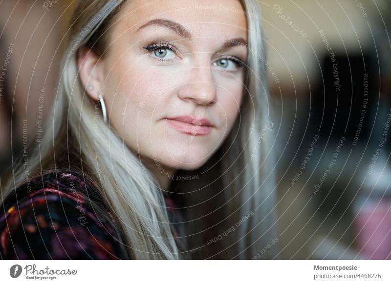 blonde Frau neugierig langhaarig lange Haare Haare & Frisuren schön Porträt hübsch lange haare Farbfoto Lifestyle attraktiv Erwachsene Mensch jung Model