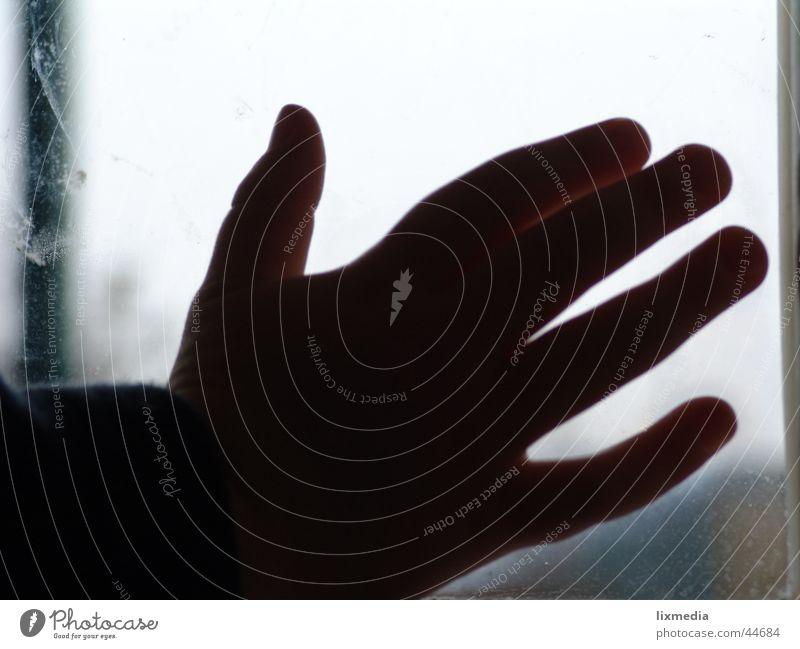 hand an fensterscheibe Mensch Kind Hand Gefühle Regen Glas berühren Fensterscheibe Kinderhand