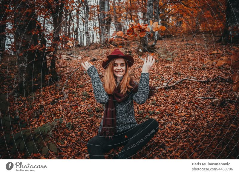 Mädchen mit Hut genießt den Herbstwald allein Herbstfarben Herbstlaub Herbst-Vibes Hintergrund schön schöne Frau Kaukasier Feier Sauberkeit geschlossene Augen