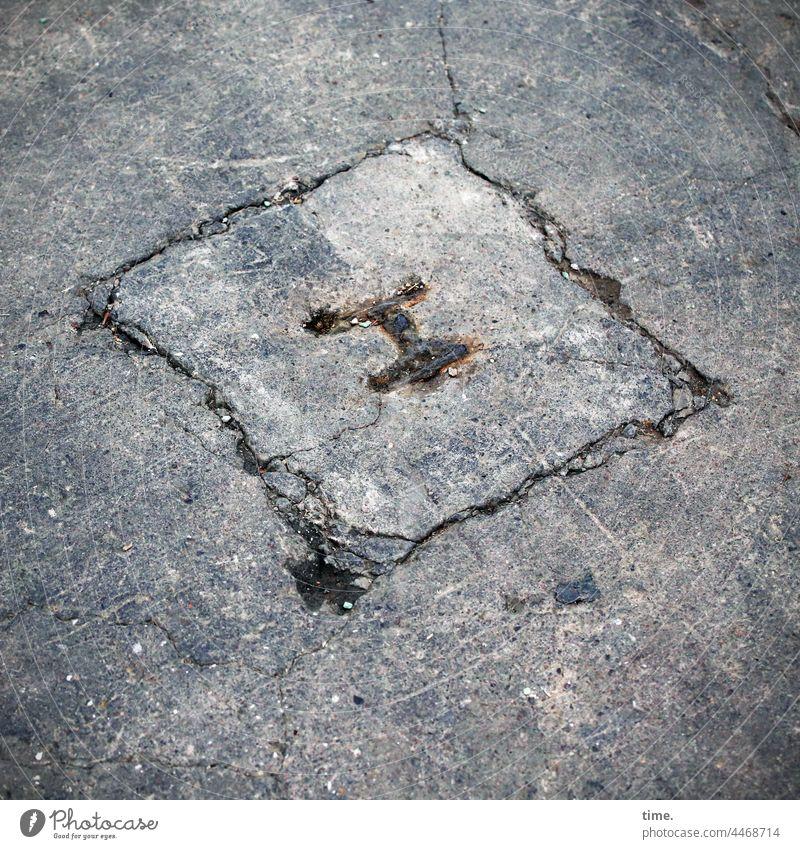 Bodenanker, abgesägt Beton eisen hallenboden lost places kerben risse trashig aura historisch alt unbrauchbar bodenanker abgewetzt rost